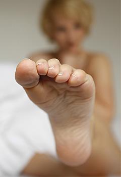 Frau zeigt ihre Fußsohle